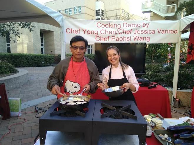陳勇(左一)與專業廚師的同事表演中餐烹飪。(受訪者供圖)
