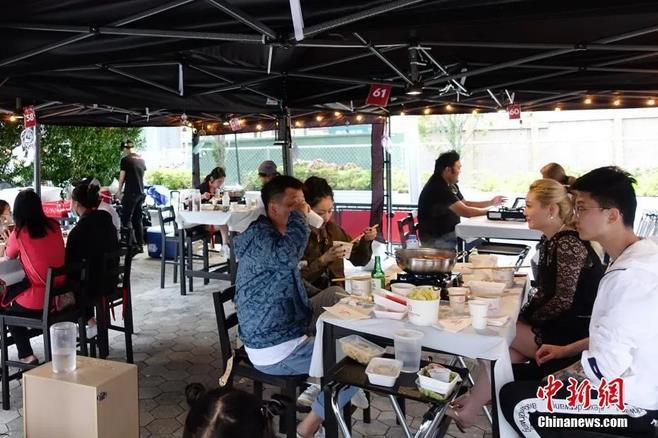 當地時間8月16日晚,顧客在紐約一家火鍋餐廳的戶外餐位用餐。<a target='_blank' >中新社</a>記者 廖攀 攝