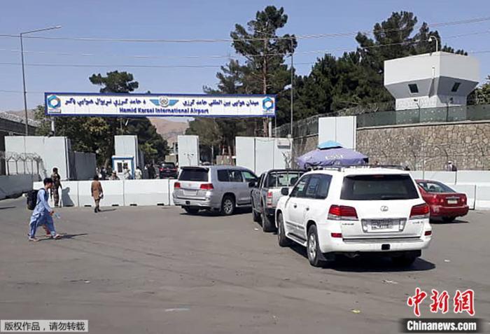 【图六】2021年8月15日,阿富汗警方在喀布尔机场对车辆进行检查。