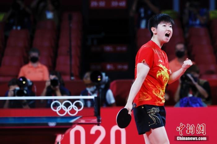 8月5日晚,在东京奥运会女乒团体决赛中,由陈梦、孙颖莎、王曼昱组成的中国队3:0战胜日本队,获得冠军。这是国乒本届奥运会得到的第三枚金牌,也是中国代表团在东京奥运会的第34金。图为孙颖莎在比赛中。 中新社记者 韩海丹 摄