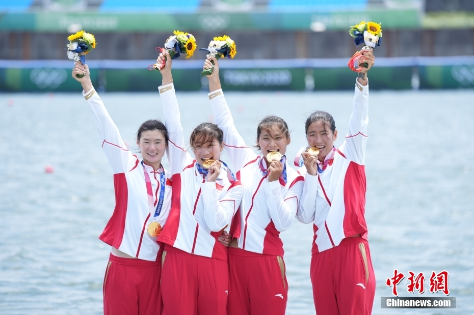 东京奥运领奖台上的赛艇金花们。中新社记者 韩海丹 摄