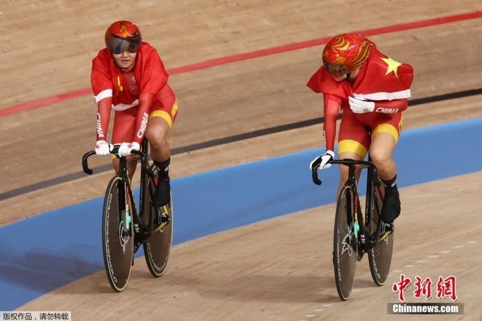 东京奥运会场地自行车女子团体争先赛中,由钟天使和鲍珊菊组成的中国队以31秒895夺得冠军。图为钟天使(左)和鲍珊菊(右)庆祝胜利。