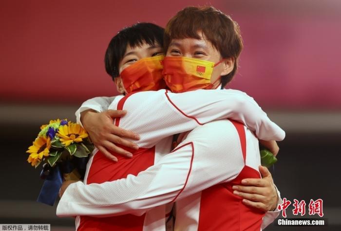 钟天使和鲍珊菊拥抱庆祝。