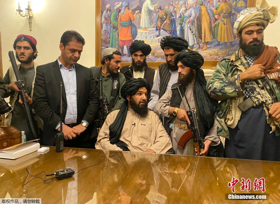 当地时间2021年8月15日,阿富汗塔利班进入总统府。