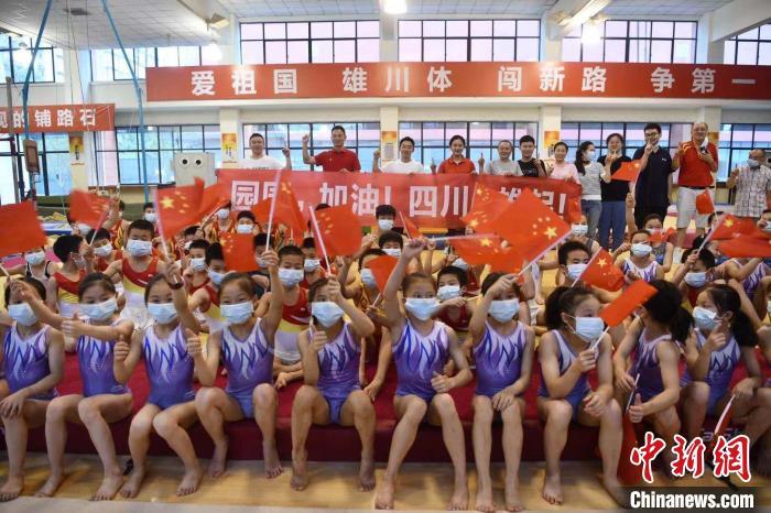四川体育职业学院的师兄弟、教练们为邹敬园加油。 张浪 摄