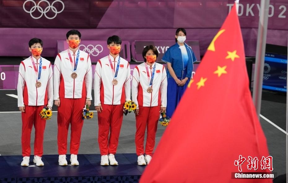 当地时间7月28日,东京奥运会女子三人篮球铜牌战中,中国三人女篮16:14击败法国队,获得女子三人篮球铜牌。美国队获得冠军,俄罗斯奥委会获得亚军。图为颁奖仪式。中新社记者 杜洋 摄