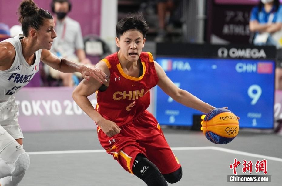 杨舒予(右)在比赛中。 中新社记者 杜洋 摄