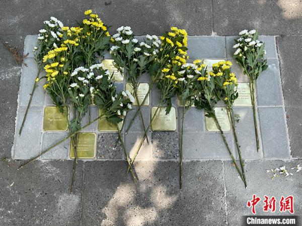 纪念石块上的鲜花。发 中国驻汉堡总领事馆 供图