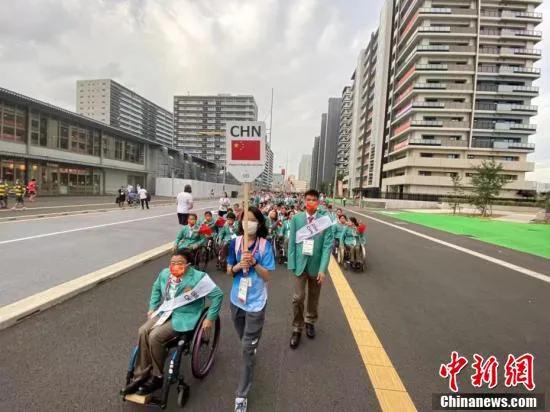 图为中国体育代表团部分成员整装前往开幕式现场。中国残联 供图