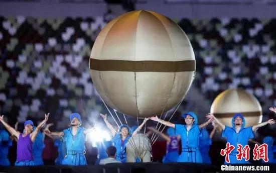 8月24日,2020东京残奥会开幕式在东京新国立竞技场举行。图为开幕式现场的表演。