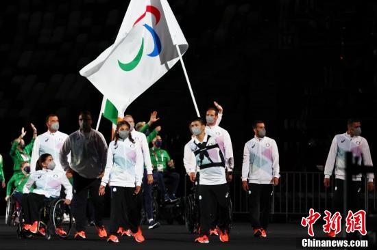 8月24日,2020东京残奥会开幕式在东京新国立竞技场举行。图为东京残奥会难民代表团步入场内。