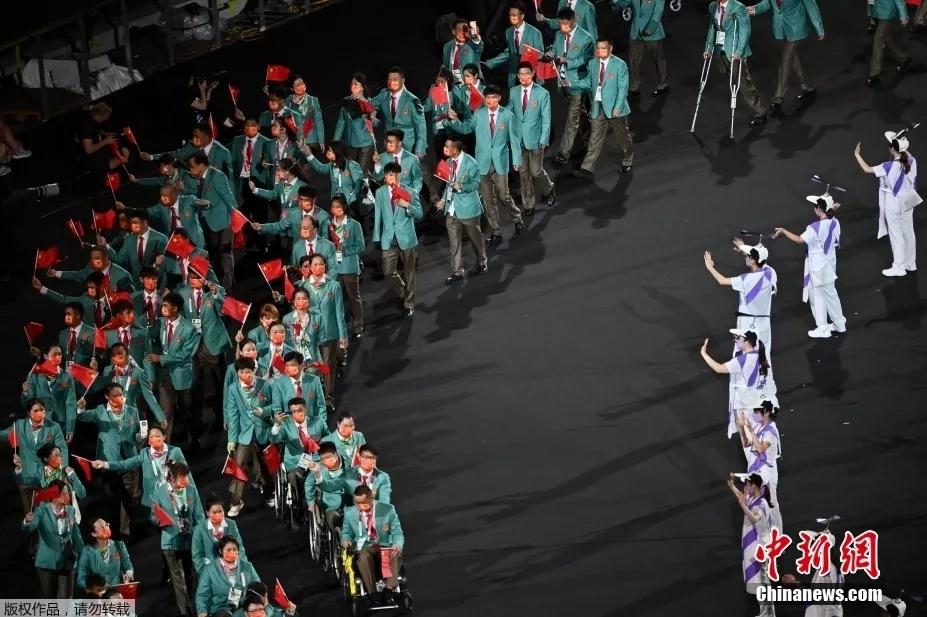 8月24日,2020东京残奥会开幕式在东京新国立竞技场举行。图为中国代表团入场。