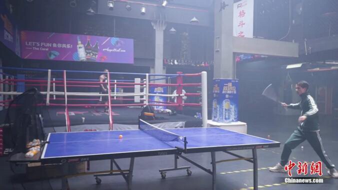 资料图:谢德胜展示双节棍打乒乓球 中新社 康玉湛摄