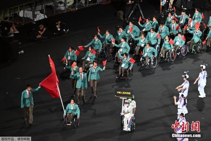 资料图:8月24日,日本东京,2020东京残奥会开幕式在东京新国立竞技场举行。图为中国代表团入场。