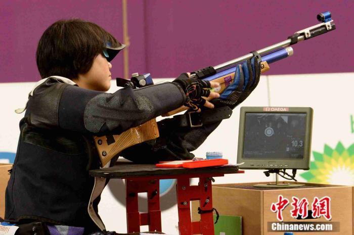 2012年9月1日,在英国伦敦皇家炮兵兵营举行的2012年伦敦残奥会第3天,中国选手张翠萍参加了R3-10米气步枪俯卧混合式SH1决赛