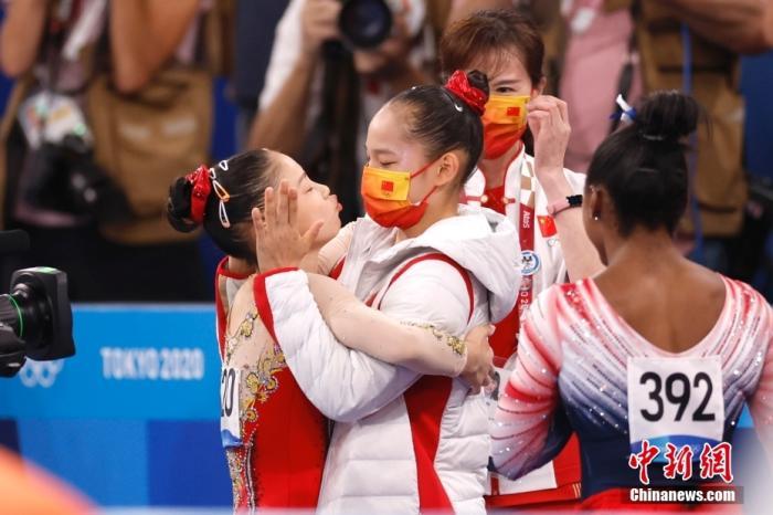 图为管晨辰在体操女子平衡木决赛后与队友唐茜靖拥抱。 <a target='_blank' href='http://www.chinanews.com/'>中新社</a>记者 富田 摄