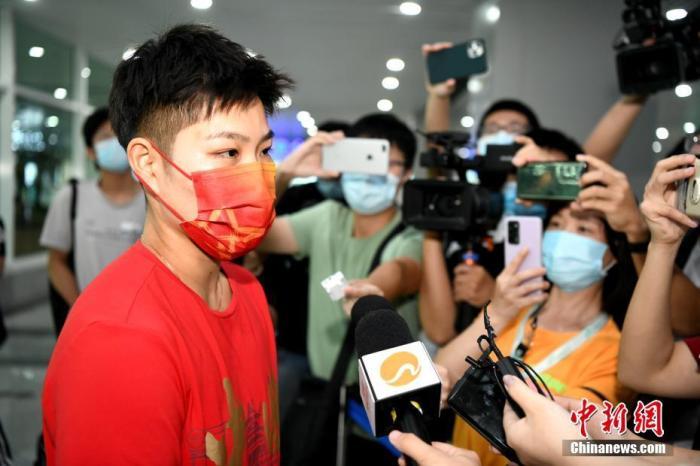8月26日,东京奥运会羽毛球混双冠军黄东萍结束隔离返回福建,在福州机场受到福建省体育局工作人员以及亲朋好友的热烈欢迎。经过短暂休整,黄东萍将全力备战即将于9月份在陕西举行的全运会。图为黄东萍在机场接受媒体采访。 <a target='_blank' href='http://www.chinanews.com/'>中新社</a>记者 王东明 摄