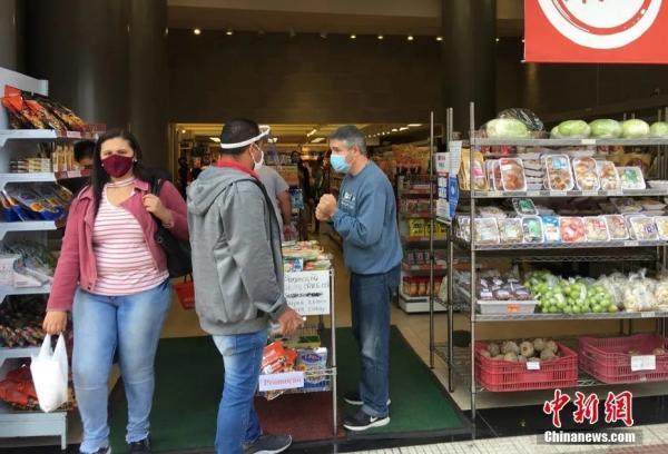 资料图:当地时间7月3日,巴西圣保罗,一家华人超市开门营业。 记者 莫成雄 摄