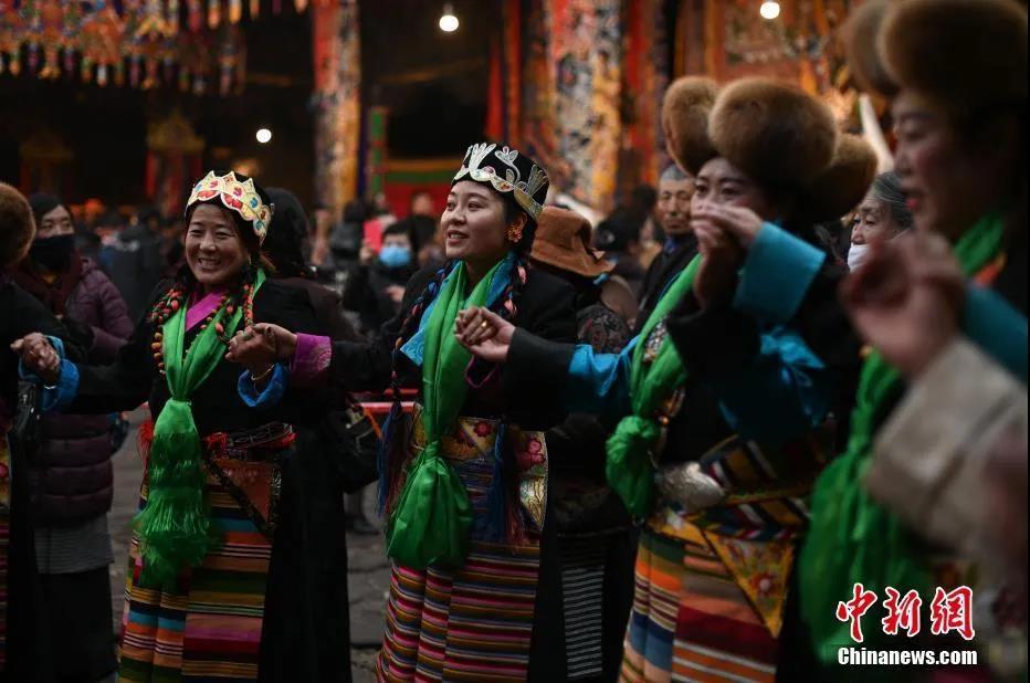 """资料图:西藏民众载歌载舞欢庆""""仙女节""""。何蓬磊 摄"""
