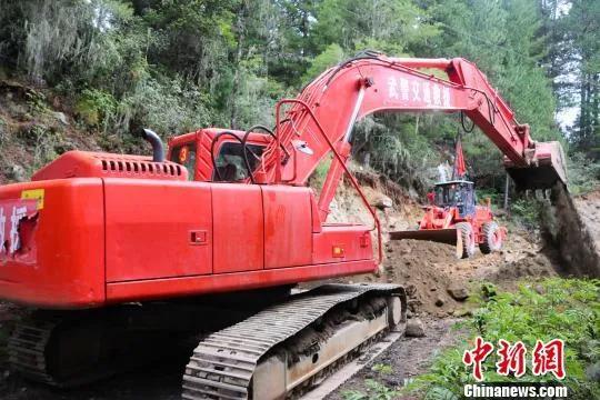 资料图:驻藏武警官兵助当地道路建设。 田兴 摄