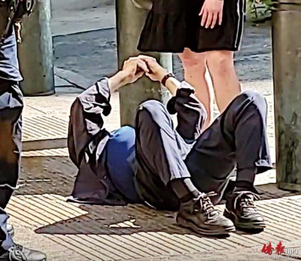 一名8旬亞裔老翁在紐約曼哈頓中城街頭,遭無端毆打后躺倒在地。
