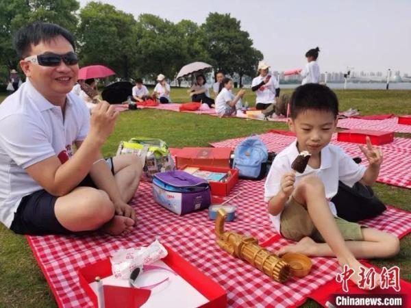 图片来源:<a target='_blank' href='http://www.chinanews.com/' >中新网</a> 两岸婚姻家庭欢度端午假期。 钟升 摄