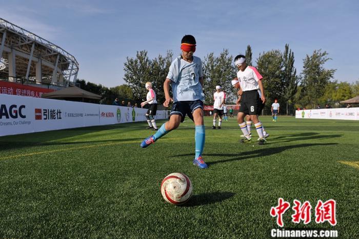 资料图:盲人运动员在足球比赛中。中新网记者 李俊 摄