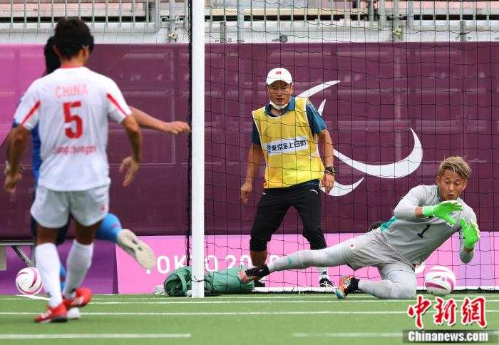 守门员扑出皮球。