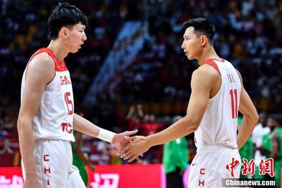 资料图:9月8日晚,中国队球员易建联(右)与周琦(左)击掌。<a target='_blank' href='http://www.chinanews.com/'>中新社</a>记者 陈骥旻 摄