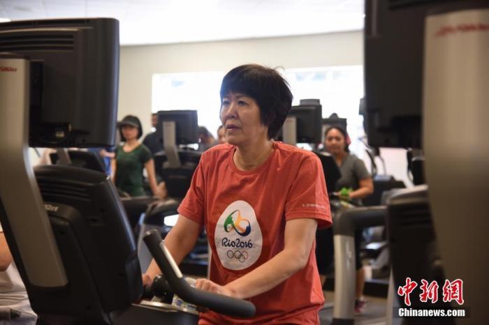 郎平在洛杉矶进行术后康复训练。中新社记者 张朔 摄
