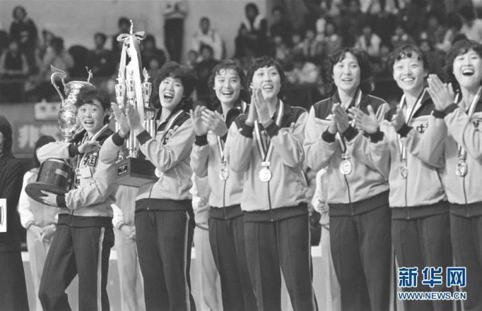 1981年11月16日,中国女排在第三届女排世界杯颁奖仪式上。 新华社发 图片来源:新华网