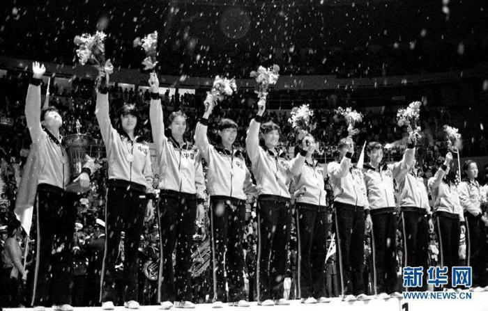 1982年9月25日,中国女排队员在第九届世界女排锦标赛颁奖仪式上向观众致意。 新华社发 图片来源:新华网