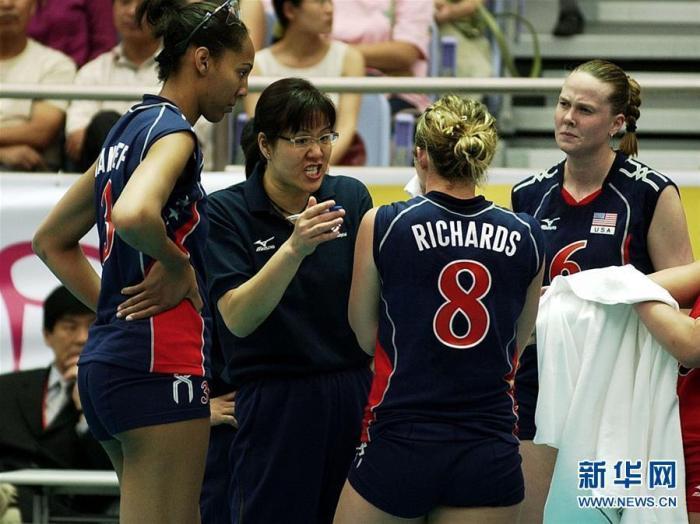 2005年6月24日,时任美国女排主教练的郎平(左二)在世界女排大奖赛宁波北仑赛区首场比赛中指导队员。 新华社记者 徐昱 摄 图片来源:新华网