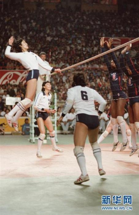 郎平在第九届世界女排锦标赛与美国队的比赛中扣球。 新华社记者 官天一 摄 图片来源:新华网