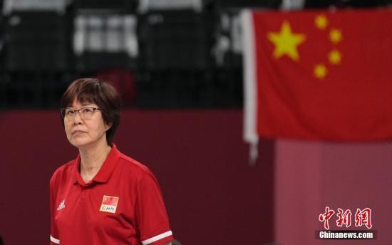 资料图:东京奥运,图为郎平在场边指导。 中新社记者 杜洋 摄