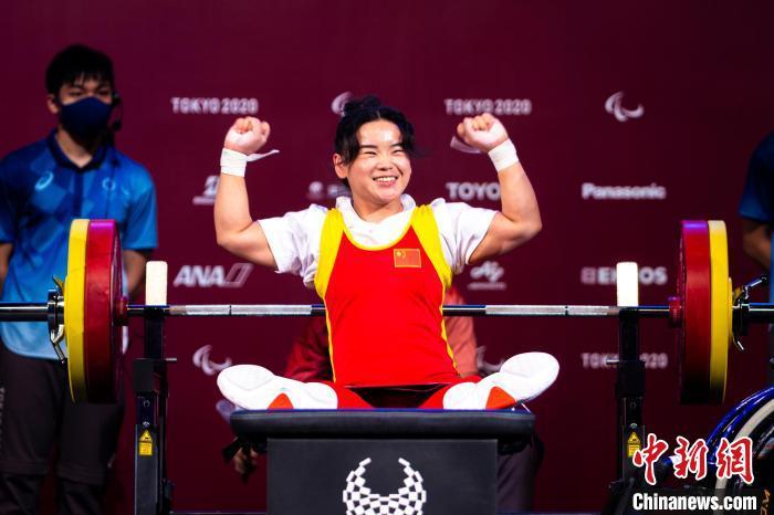 北京时间8月26日,郭玲玲获得东京残奥会女子举重41公斤级冠军,为中国代表团赢得本届残奥会的第六金。中国残联供图
