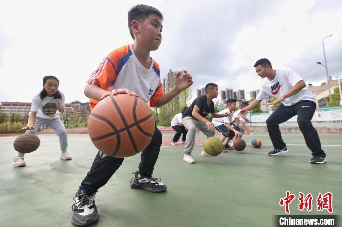 小學生在籃球場跟隨教練做訓練。 瞿宏倫 攝
