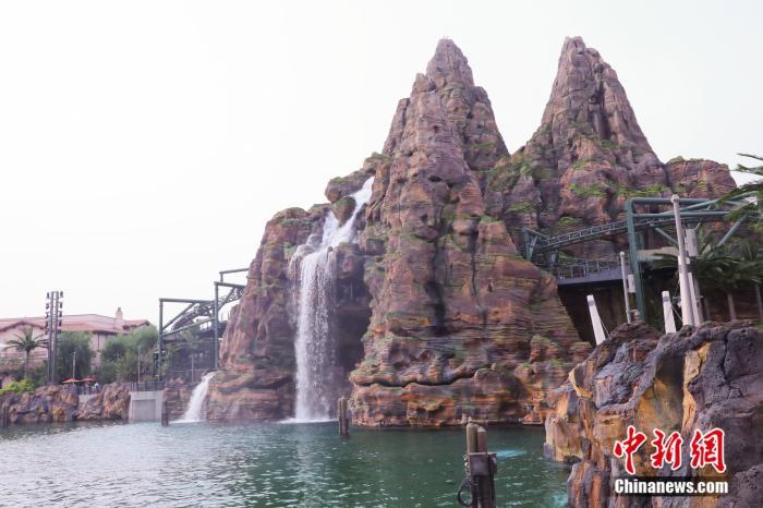 北京环球影城主题公园假山。供图