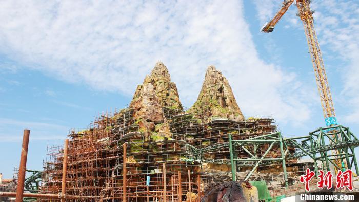 中建二局项目团队正在施工侏罗纪世界标志性建筑假山。 中建二局供图