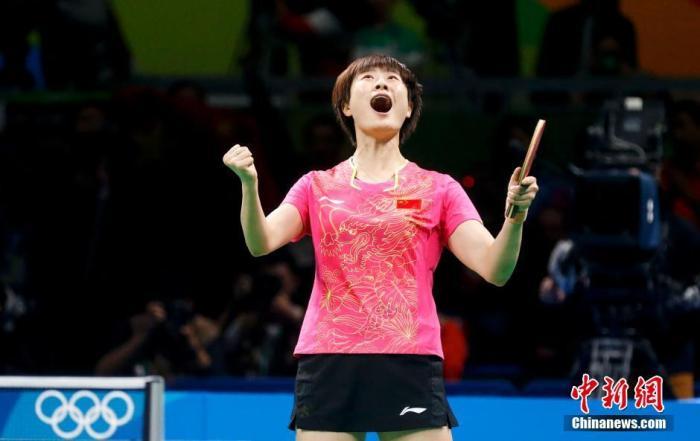 里约奥运会乒乓球女单决赛,最终丁宁4-3战胜李晓霞获得冠军。在中新网记者 杜洋 摄