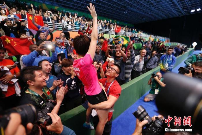 里约奥运会乒乓球女单决赛在中国运动员内部展开,经过七局激烈的争夺,最终丁宁4-3战胜李晓霞获得冠军。新网记者 杜洋 摄