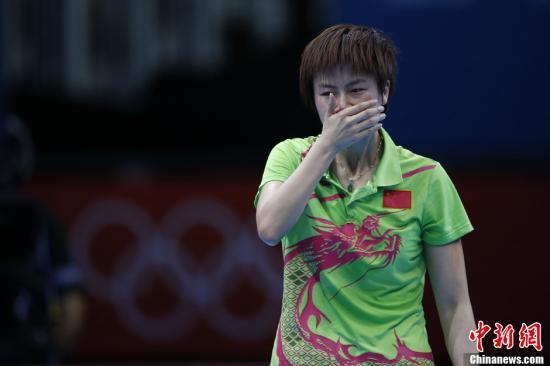在伦敦奥运会乒乓球女子单打决赛中,中国选手李晓霞战胜队友丁宁,夺得金牌。图为丁宁被判发球违例后情绪低沉落泪。记者 盛佳鹏 摄