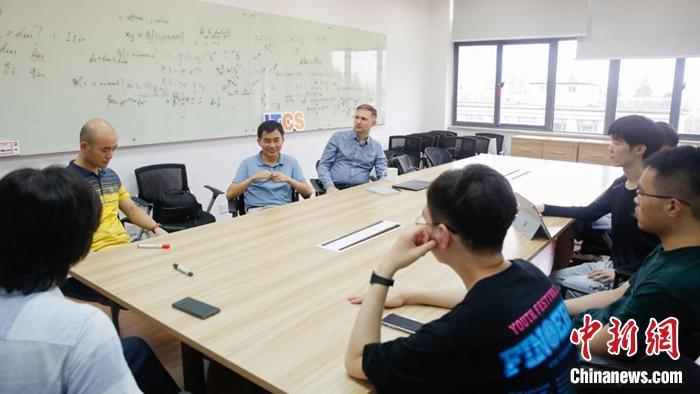 陆品燕与团队。上海财经大学供图