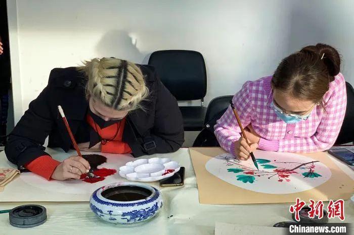 资料图:外国留学生体验中国国画。 李佩珊 摄