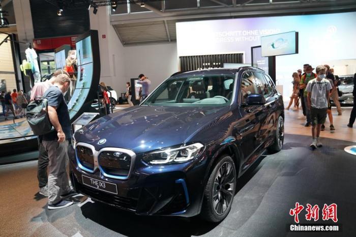 图为宝马展出的纯电动SUV轿车BMW  iX3亮相。 中新社记者 彭大伟 摄