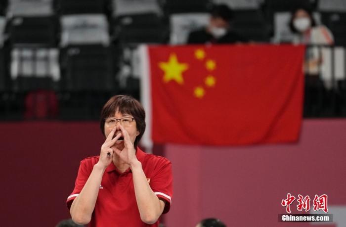 资料图:北京时间8月2日下午,中国女排迎来与阿根廷女排的较量。提前两轮无缘小组出线的中国女排在比赛中依旧全力以赴,最终以3:0完胜对手。至此,中国女排以小组赛2胜3负的战绩结束了东京奥运之旅。图为郎平在场边指导。 中新社记者 杜洋 摄
