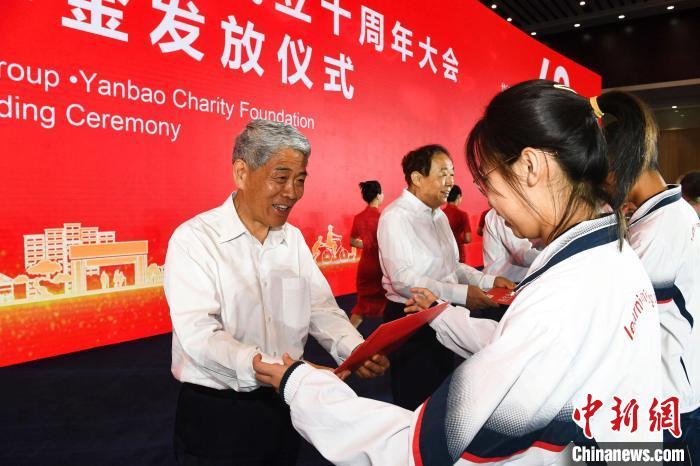 宁夏回族自治区政协主席崔波为学生颁发燕宝奖学金。 罗鸣 摄