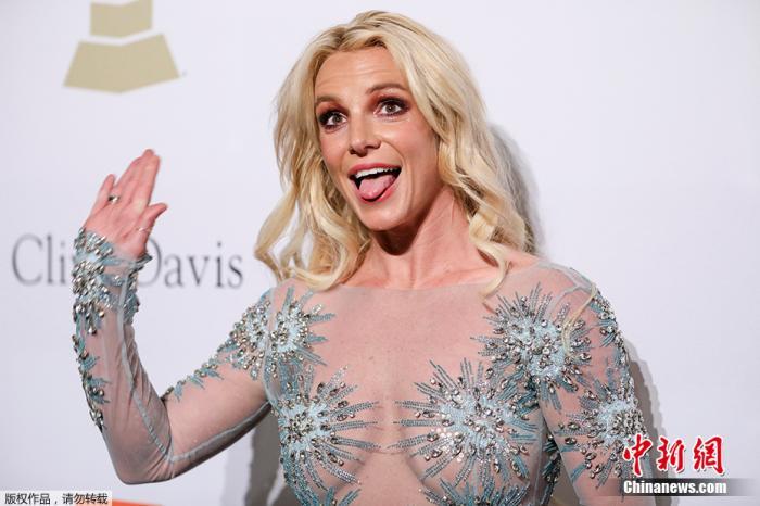 """资料图:2017年2月13日,第59届格莱美颁奖礼在美国洛杉矶举行,曾经风靡一时的""""小甜甜""""布兰妮亮相红毯。"""