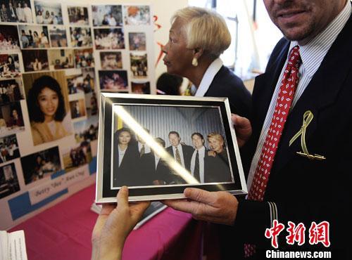 """2012年,美国旧金山中国城,以""""911""""事件中献身的美航公司华裔空姐邓月薇命名的""""邓月薇华人康乐中心"""",举行重启揭幕仪式。"""