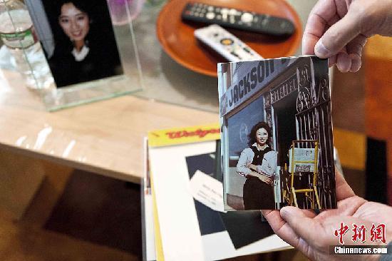 邓月薇长兄邓达民接受中新社记者访问时,展示妹妹的遗物。中新社发 陈钢 摄
